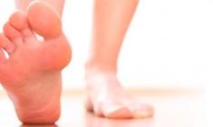 Dor na coluna: o problema pode estar nos pés, joelhos e quadris